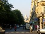 この通りはサクレクール寺院が真正面に見える.JPG